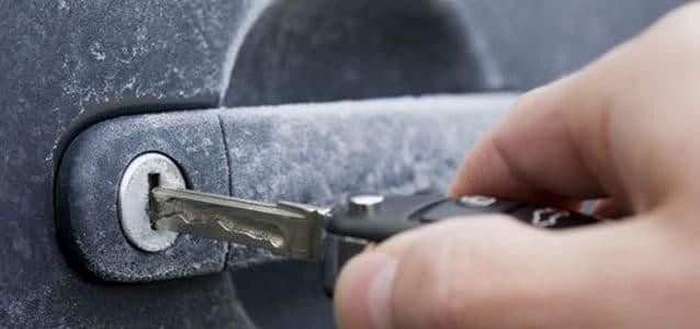 protéger voiture en hiver : serrure gelée conseils partauto.fr